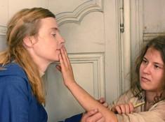Marie Heurtin communique avec ses mains avec soeur Marguerite. Photo de Michael Crotto