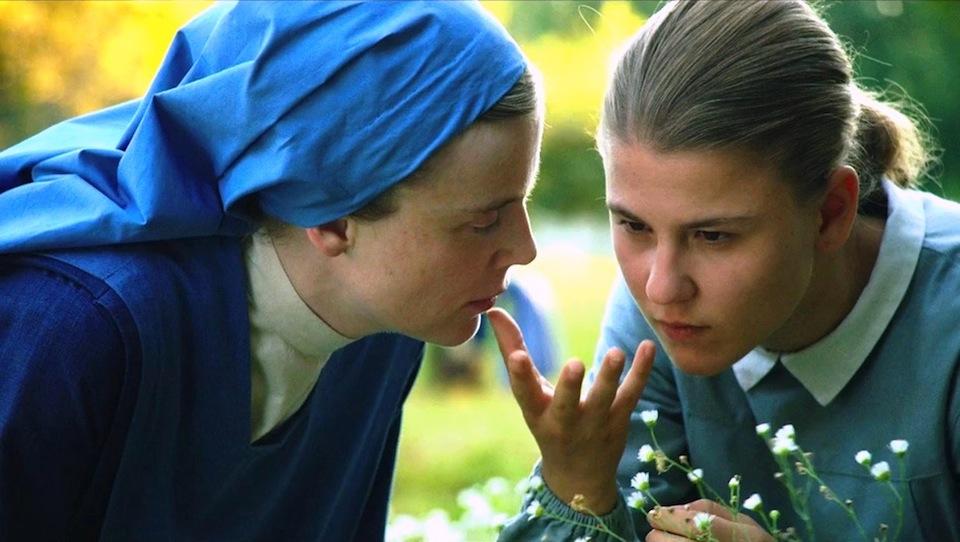 Marie Heurtin communique avec ses mains avec soeur Marguerite.