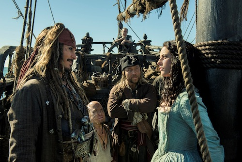 Von links nach rechts: Jack Sparrow (Johnny Depp), Marty (Martin Klebba), Scrum (Stephen Graham) und Carina Smyth (Kaya Scodelario)