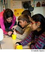 Enfants de l'école I.D.E.S avec un micro. Photo I Gaulon / Retour d'image 2013.