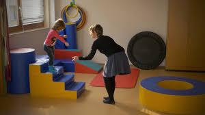 """Extrait du film """"A l'école des Philosophes"""" de Fernand Melgar. Séance de psychomotricité avec un jeune enfant."""