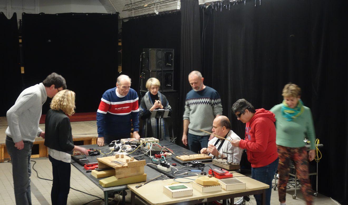 Les participants autour d'une table présentant leurs instruments