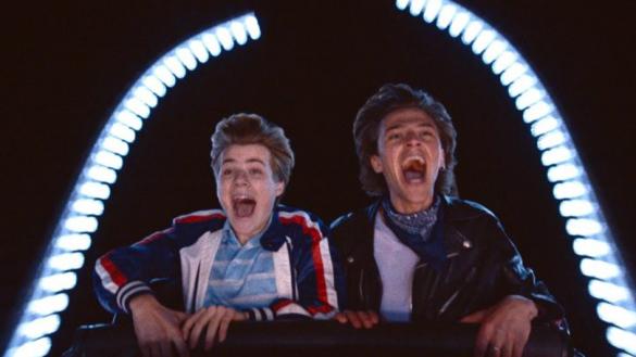 Photo : « (Alex et David) côte à côte dans les montagnes russes, hilares, bouches grandes ouvertes »