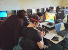Photos des élèves au travail sur des postes informatiques